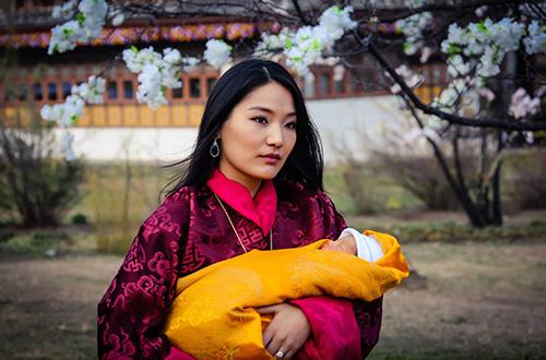 Ratu Jetsun Pema menggendong anak pertamanya, pangeran Gyalsey. Kerajaan Bhutan bertekad membangun sebuah negara yang bahagia dan ramah lingkungan. Foto: Jetsun Pema/Facebook