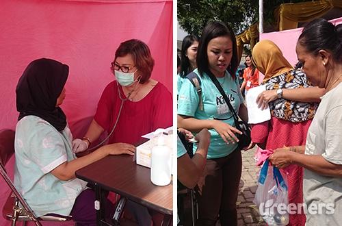 Kiri: salah satu warga menerima pemeriksaan kesehatan gratis. Kanan: warga yang sudah di data menerima bantuan sembako. Foto: greeners.co/Renty Hutahaean
