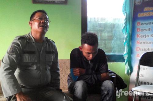 Penjual elang ular bido ketika diamankan petugas BKSDA Jawa Timur Resor Wilayah Malang. Foto: greeners.co/HI