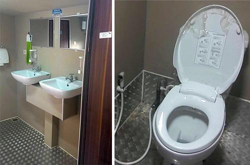 Wastafel dan toilet di bagian dalam bus. Foto: Ist.