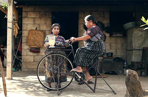 Bicimaquinas, sebuah mesin yang memanfaatkan tenaga dari gerakan bersepeda. Video screen capture: youtube.com