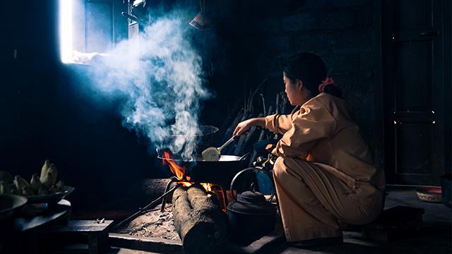 emisi kayu bakar