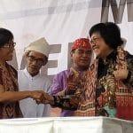 Rukka Sombokinggi (Sekjen AMAN) bersalaman dengan Siti Nurbaya (Menteri LHK). Foto : www.greeners.co/Dewi Purningsih