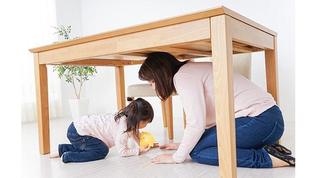 Berlindung di bawah meja ketika gempa