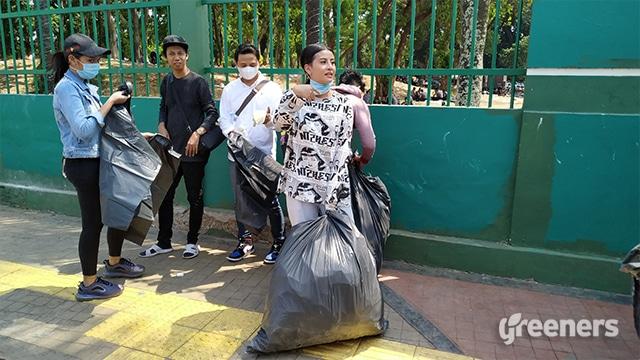 Awkarin and Friends Lakukan Aksi Bersihkan Sampah Demo Mahasiswa
