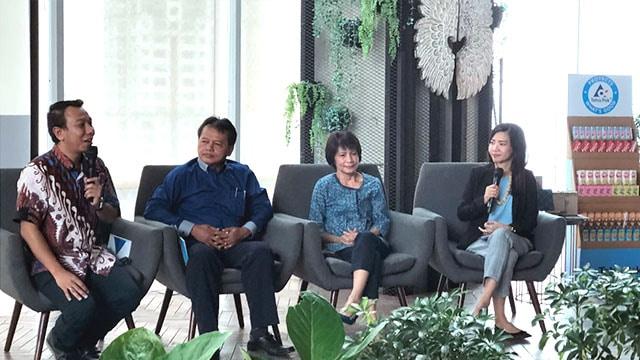 Kiri ke Kanan : Reza Andreanto (Tetra Pak Indonesia), Yanto (Leo Graha), Mignonne M. Akiyama (Daur Esia). Foto : Tetra Pak Indonesia