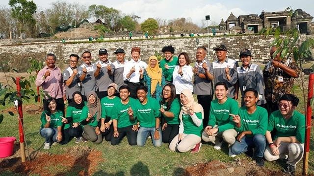 Foto selepas kegiatan para relawan aktivitas Candi Sadar Lingkungan (Candi Darling) bersama musisi Kunto Aji. Foto : Djarum Foundation
