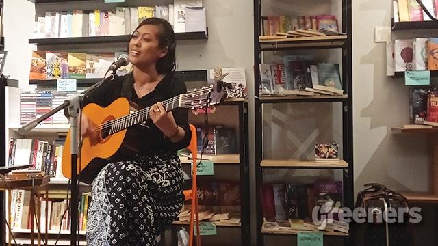 Nova Ruth saat bernyanyi di Kios Ojo Keos, Lebak Bulus, Jakarta Selatan.