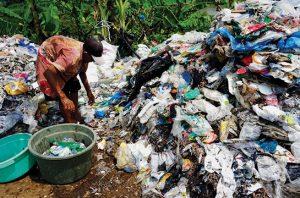 Dioksin Bakaran Sampah Plastik Mengontaminasi Telur di Jawa Timur