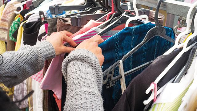 Membeli pakaian bekas.