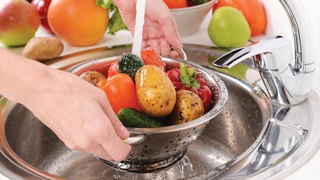 Mencuci dan Membilas Kotoran