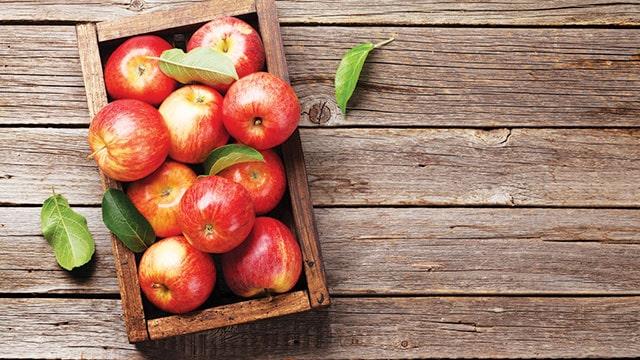 Sarapan buah apel untuk pencernaan yang lebih baik.