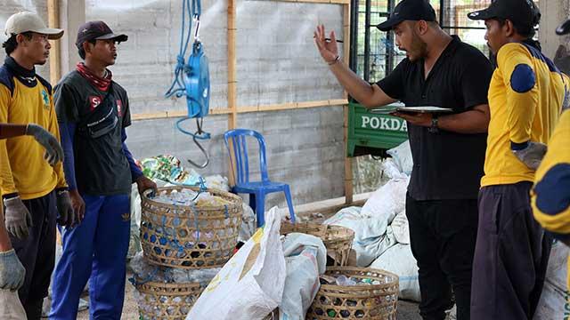 Petugas TPS 3R mengaudit sampah hasil pemilahan warga Desa Buleleng