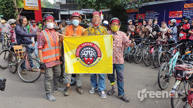 Komunitas sepeda Bandung Raya bentangkan spanduk