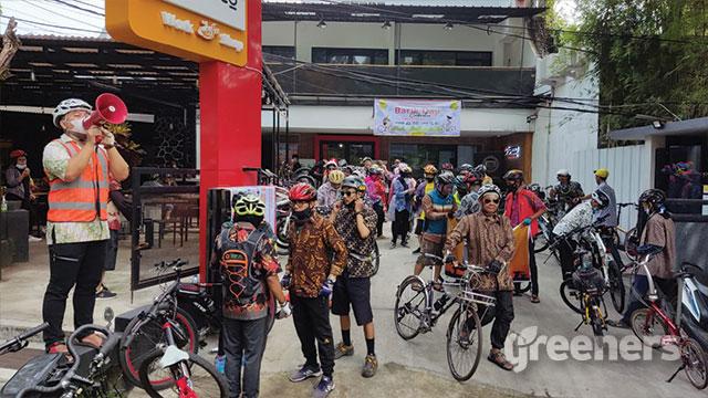 Komunitas Sepeda Bandung Raya antusias berbatik
